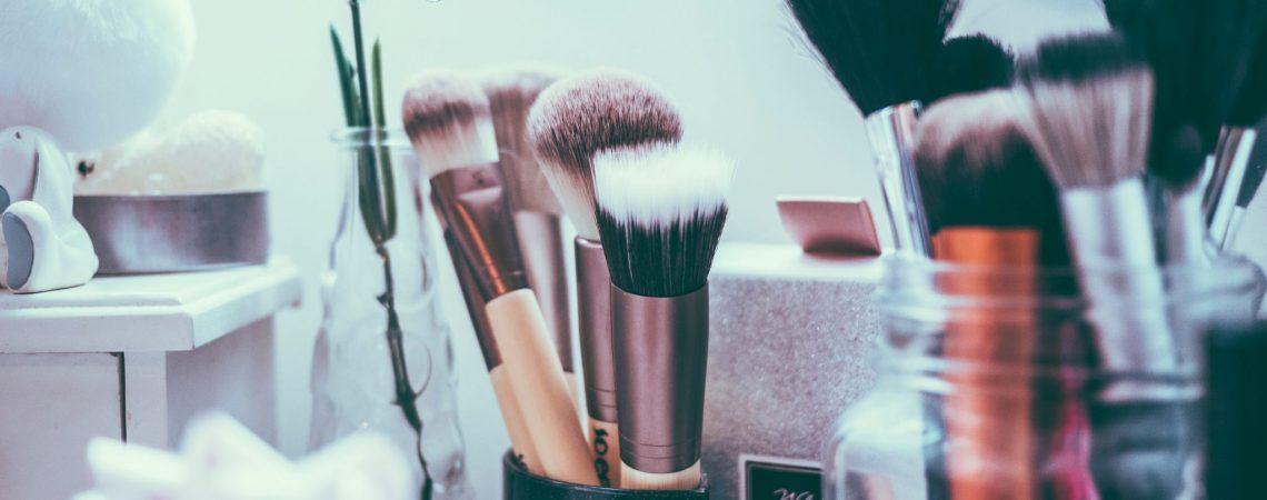 Dlaczego trzeba czyścić idezynfekować przybory domakijażu?