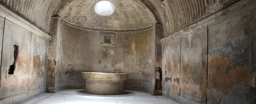 Jak ewoluowały łazienki? Odpublicznych łaźni dozakazów kąpieli
